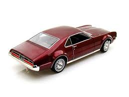 Road Signature Collection 1966 Oldsmobile Toronado 1:18 viininpunainen